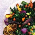 סלט קייל עם ירקות צלויים