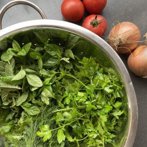 עשבי תיבול, בצל ועגבניה - מתבלים את המילוי