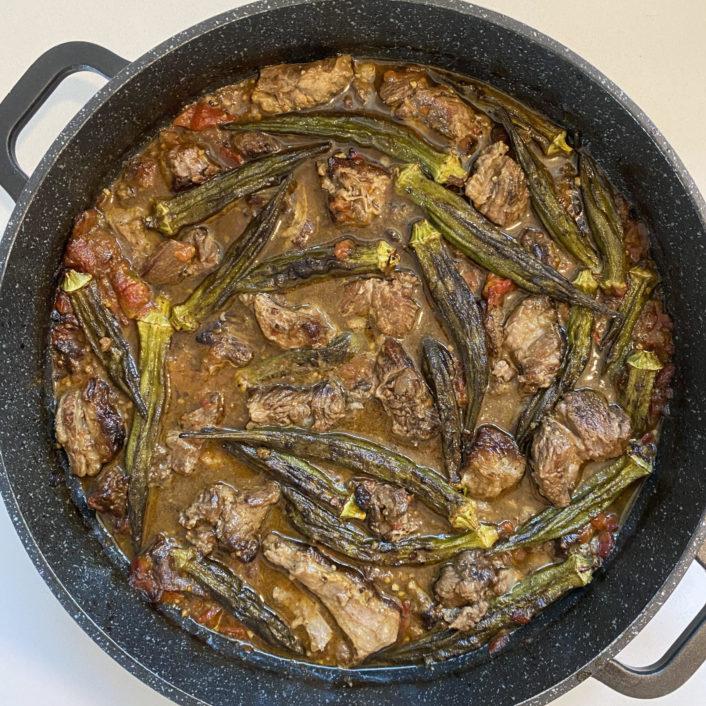 תבשיל בשר עם במיה ועגבניות