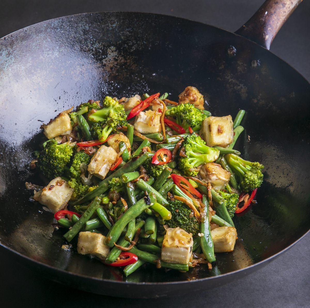 טופו פריך עם ירקות ירוקים ורוטב בוטנים מושלם