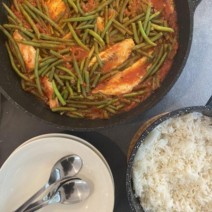 דג ושעועית ירוקה ברוטב עגבניות