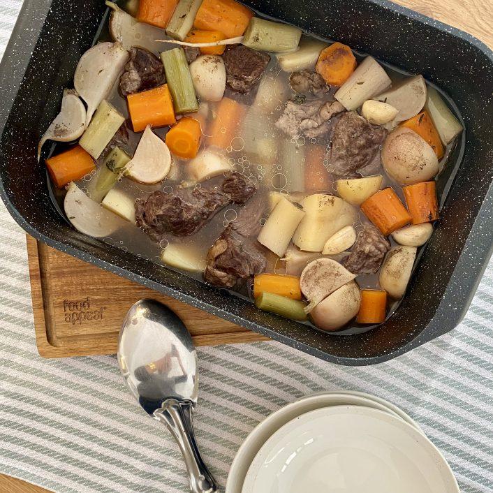 תבשיל ארומתי של בשר וירקות שורש ביין