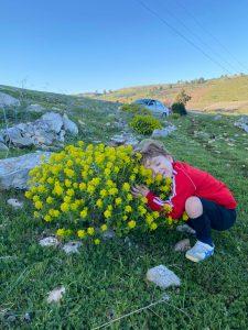 יולי מתרגש מהפרחים